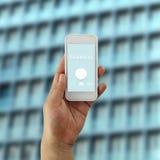 Hand av en affärsman som rymmer en smartphone och bokar conc text arkivfoton