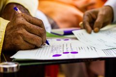Hand av en gamal man som skriver det viktiga lagliga dokumentet Royaltyfri Foto