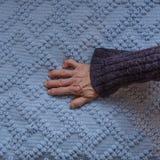 Hand av en gammal funktionsduglig kvinna Arkivbilder