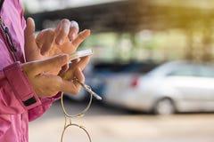 Hand av en hållande smartphone för kvinna arkivbilder