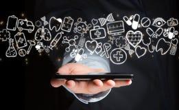 Hand av en hållande smartphone för man med medicinska symboler lite varstans Royaltyfri Bild