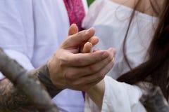 Hand av flickan i handen av grabben Arkivfoto