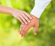Hand av gift folk royaltyfri bild
