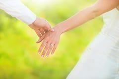 Hand av gift folk fotografering för bildbyråer