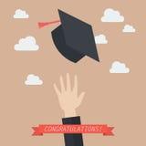 Hand av kandidaten som kastar avläggande av examenhattar i luften Royaltyfri Fotografi