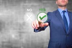 Hand av knappen för affärsmanpress ja Begrepp av beslutsfattande Royaltyfri Fotografi