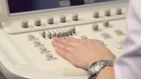 Hand av kvinnan och medicinsk utrustning för ultraljudundersökning lager videofilmer