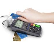 Hand av kvinnan som använder betalningterminalen som betalar med kreditkorten, f Royaltyfri Bild