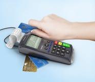 Hand av kvinnan som använder betalningterminalen som betalar med kreditkorten, f Arkivbilder