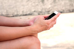 Hand av kvinnan som använder smarta telefoner för mobil Arkivbild