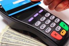 Hand av kvinnan som betalar med den contactless kreditkorten, NFC-teknologi Royaltyfri Bild