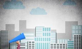 Hand av kvinnan som rymmer trumpeten för blått papper mot illustrerad bakgrund Royaltyfria Bilder