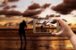 Hand av kvinnor som skjuter bild med den smarta telefonen Arkivfoton