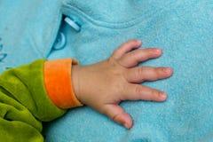 Hand av nyfött Arkivfoto