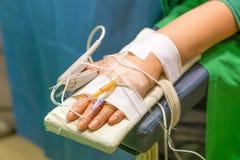Hand av patienten i operationrum Royaltyfri Foto