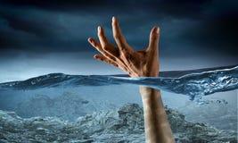 Hand av persondrunkning i vatten Blandat massmedia Royaltyfri Foto