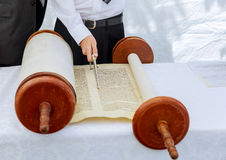 Hand av pojken som läser den judiska Torahen på bar mitzwah arkivfoton