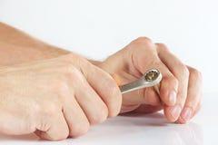 Hand av repairmanen med en skiftnyckel som drar åt muttern Royaltyfri Fotografi