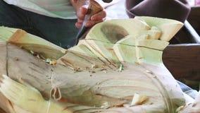 Hand av skulptören som snider trä arkivfilmer