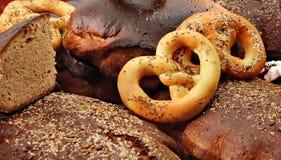 Hand bakat bröd fotografering för bildbyråer