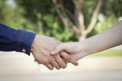 Hand bedrijfsmannen en vrouwen die het schudden handen Stock Foto's