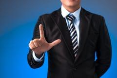 Hand bedrijfsmens die op een interface van het aanrakingsscherm duwen Royalty-vrije Stock Foto's