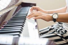 Hand beim Spielen des Klaviers Lizenzfreie Stockfotos