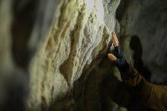 Hand berührt eine Wand in einer Karsthöhle stockfotografie