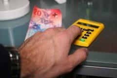 Hand berechnen nahes hohes des Geldes Lizenzfreies Stockfoto