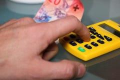 Hand berechnen nahes hohes des Geldes Lizenzfreie Stockfotos