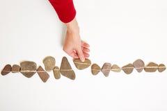 Hand bewegende steen in lijn Stock Foto's