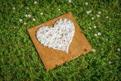 Hand bewerkt hart op houten plank Royalty-vrije Stock Fotografie