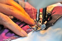 Hand bij naaimachine Stock Afbeeldingen
