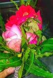 In Hand bloemboeket royalty-vrije stock afbeelding