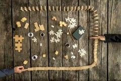 Hand blokkerende dalende domino's stock fotografie