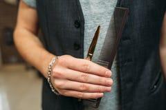 In hand close-up van stilist de professionele hulpmiddelen stock afbeelding