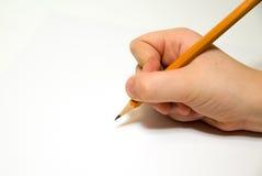 Hand das rigth des Kindes, die einen Bleistift an über Weiß hält Lizenzfreies Stockfoto