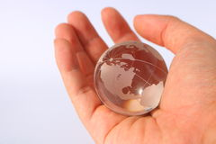 In hand de bol van het glas Royalty-vrije Stock Afbeeldingen