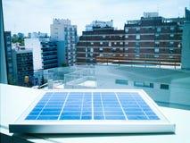In hand de energie van de zon Stock Foto's