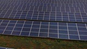 In hand de energie van de zon stock footage