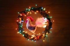 Hand - de gemaakte decoratie van ambachthanen Gelukkig Nieuwjaar en Vrolijke het malplaatjekaart van de Kerstmisvakantie Royalty-vrije Stock Afbeeldingen