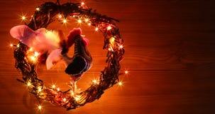 Hand - de gemaakte decoratie van ambachthanen Gelukkig Nieuwjaar en Vrolijke het malplaatjekaart van de Kerstmisvakantie Stock Foto's