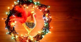Hand - de gemaakte decoratie van ambachthanen Gelukkig Nieuwjaar en Vrolijke het malplaatjekaart van de Kerstmisvakantie Royalty-vrije Stock Foto's