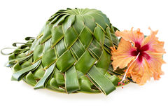 Hand - de gemaakte die hoed, van kokospalm wordt geplooid doorbladert op wit stock foto's