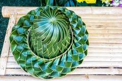 Hand - de gemaakte geweven die hoed, van kokospalm wordt geplooid doorbladert op een bambo royalty-vrije stock foto