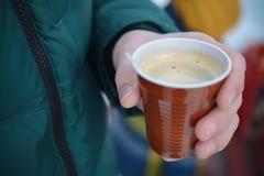 In hand de kop van de koffie Royalty-vrije Stock Afbeelding