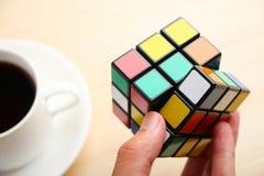 In hand de Kubus van Rubik stock foto
