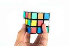 In hand de Kubus van Rubik royalty-vrije stock fotografie
