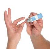 In hand de prikvinger van het diabeteslancet om puncturen te maken Stock Foto