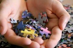 in Hand de Stukken van het raadsel Stock Fotografie